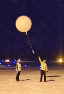 Launch of a weather balloon in front of the Arena Arctica. Picture by Peter Preusse, FZJ.