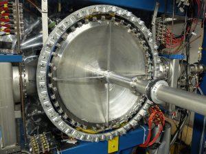 Blick auf das Vakuumfenster (Bild: Forschungszentrum Jülich)