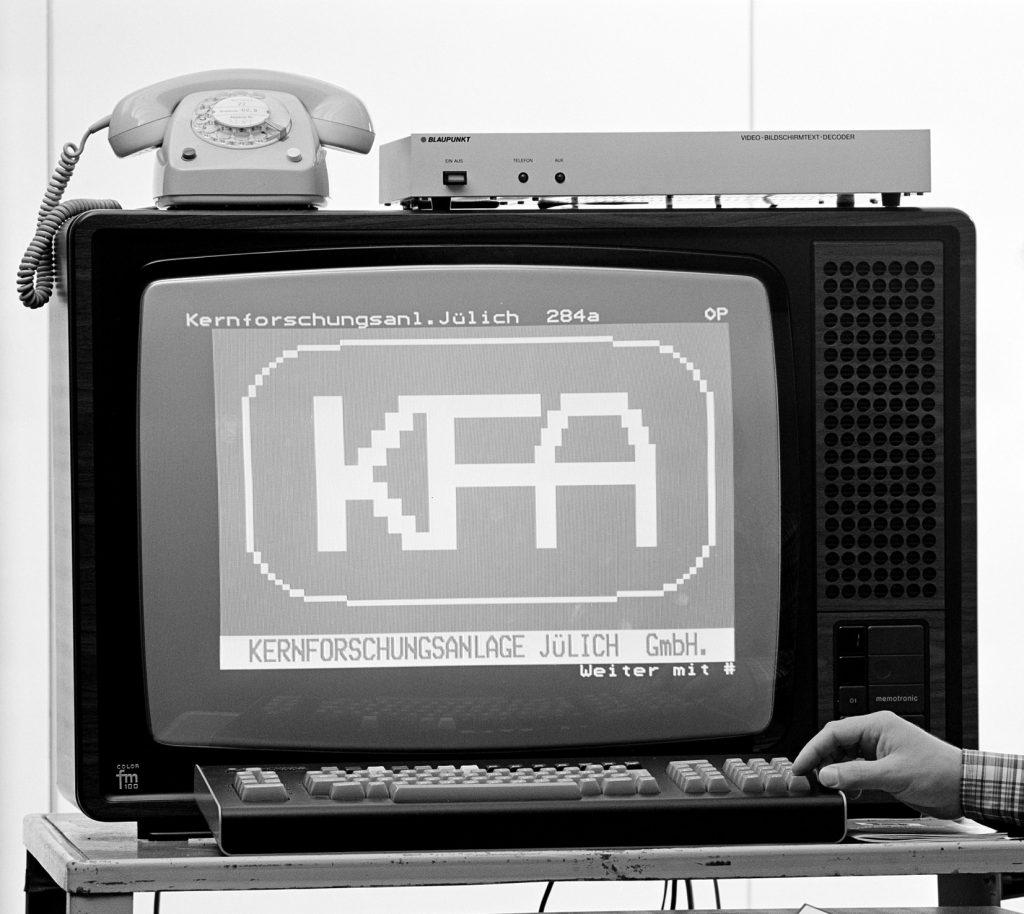 Das Bild zeigt den probeweisen Abruf das KFA-Emblems auf einem Fernsehgerät 1980.