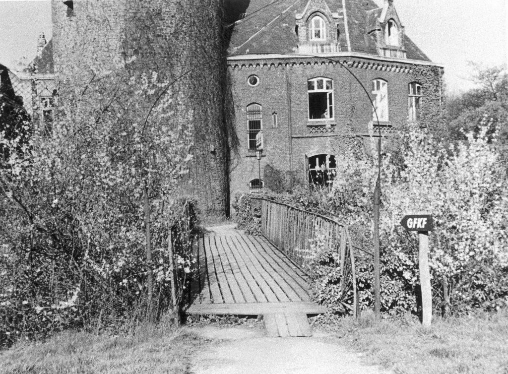 """Blick auf das Schloss Linnep mit Wegweiser zur """"GFKF"""""""