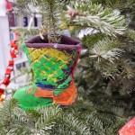 """Kinder der Jülicher Kindertagesstätte """"Kleinen Füchse"""" haben einige Tannenbäume auf dem Campus dekoriert und mit selbstgebasteltem Schmuck bestückt. Quelle: Forschungszentrum Jülich"""
