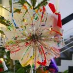 """Kinder der Jülicher Kindertagesstätte """"Kleinen Füchse"""" haben diesen Tannenbaum dekoriert und mit selbstgebasteltem Schmuck bestückt. Quelle: Forschungszentrum Jülich"""