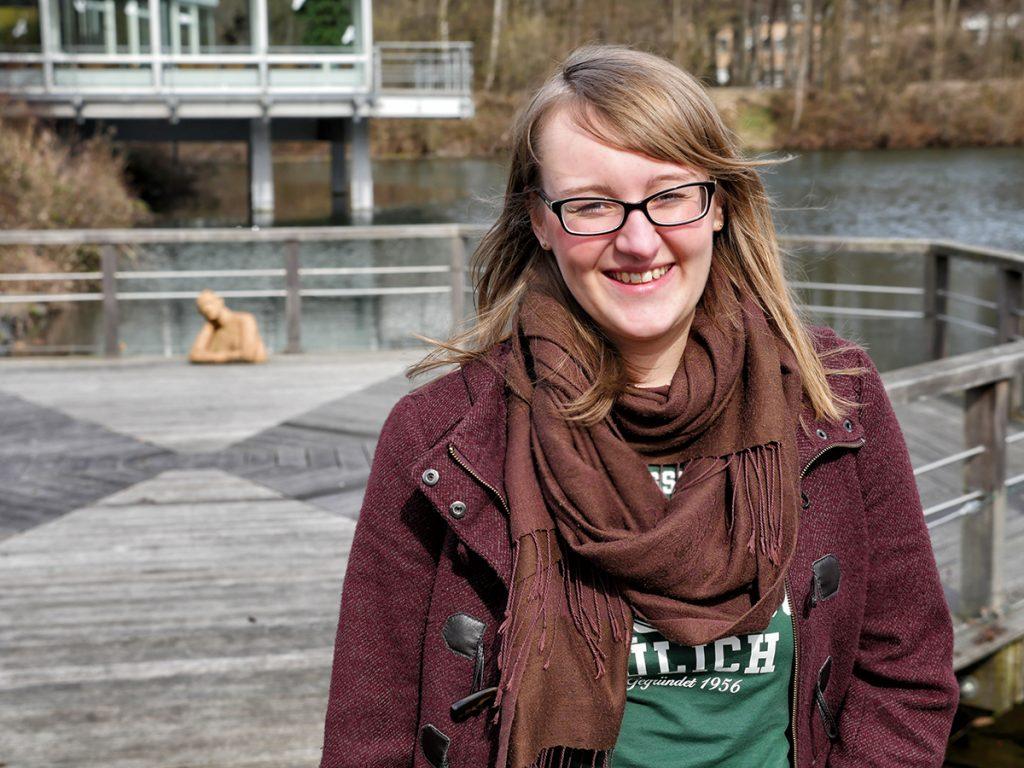Greta Giese auf der Terrasse des Jülicher Seecasinos. Bild: Marcel Bülow