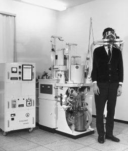 Patient mit Sauerstoffmaske am Untersuchungsgerät angeschlossen