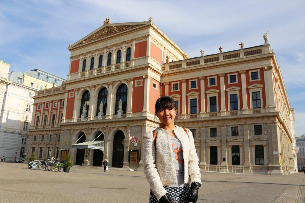 Shurong Liu vor dem Konzerthaus des Wiener Musikvereins Quelle: privat