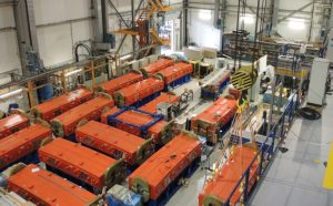 Orange-blaue Dipolmagnete in einer Halle
